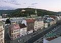 Ústí nad Labem, straatzicht Mírové Náměstí naar westen vanaf Interhotel Bohemia met kostel Nanebevzetí Panny Marie Dm429845-264 op de achtergrond IMG 7652 2018-08-11 20.46.jpg