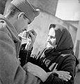 Στρατιώτης με τη μητέρα του πριν την αναχώρηση για το αλβανικό μέτωπο.jpg