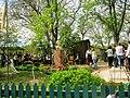 Меморіальна садиба - музей О.Ф.Селюченко. Двір та погруддя.jpg