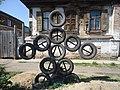 Оригинальная фигура из старых автомобильных покрышек и металлических стержней.jpg