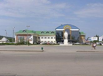 Uchaly (town) - Image: Площадь им. Ленина, филармония (город Учалы)