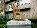Վանաձորի մանկավարժական ինստիտուտ, Մհեր Մկրտչյանի արձանը Vanadzor State Pedagogical University 04.jpg