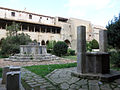 022 Sant Jeroni de la Murtra, claustre, pou i brollador.JPG