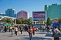 0901 - Nordkorea 2015 - Pjöngjang - Public Viewing am Bahnhofsplatz (22559149678).jpg