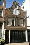 foto van Huis met latere gevel onder eenvoudige klokvormige top