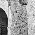 Aanzet van een lagere boog met daarboven de doorgebroken latere boog in de toren westzijde zuid - Batenburg - 20028343 - RCE.jpg