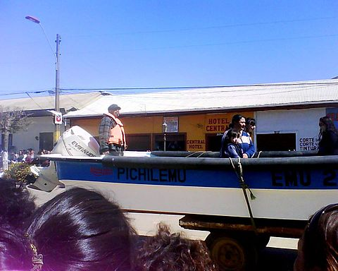 A boat of Agrupación de Pescadores Artesanales de Pichilemu (Association of Fishermen of Pichilemu) also participated on the parade. The fishermen lost their boats and fishing creek during the February 27 earthquake and subsequent tsunami. Image: Diego Grez.
