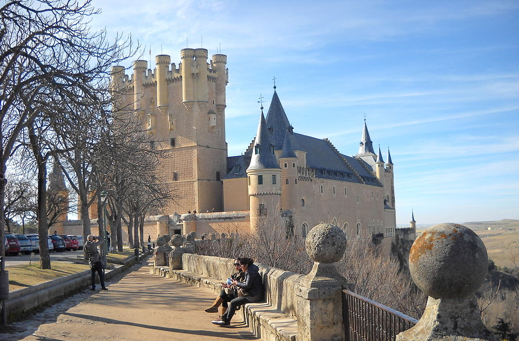 https://upload.wikimedia.org/wikipedia/commons/thumb/6/68/Alcazar_de_Segovia_-_Vista_desde_el_parque.jpg/1024px-Alcazar_de_Segovia_-_Vista_desde_el_parque.jpg