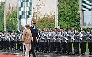 Wachbataillon - Wachbataillon personnel in Army uniforms perform the military honours for the German Chancellor Angela Merkel and Greek Prime Minister Antonis Samaras on 24 August 2012.