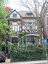 foto van Vrijstaande stadsvilla met hek en prieel