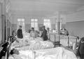 Arztvisite im grossen Krankensaal der Etappensanitätsanstalt - CH-BAR - 3238456.tif