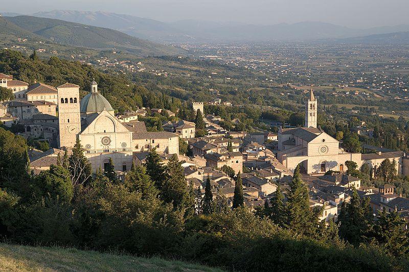 Assisi (foto di Luca Aless - CC BY-SA 4.0, https://it.wikipedia.org/wiki/File:Assisi_-_Veduta_dalla_rocca_maggiore,_San_Rufino_e_Santa_Chiara.jpg)