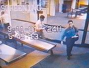 Atta (camisa azul) y al-Omari en el aeropuerto de Portland, Maine en la mañana del 11 de septiembre de 2001.