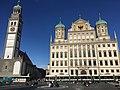 Augsburgi raeplatsil on tavaks suviti otse munakividel seltskonnas istumas ja aega veetmas käia..jpg