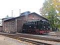 Bahnhof Radeburg, 99 1761-8 vor Lokschuppen beim Wassernehmen.jpg