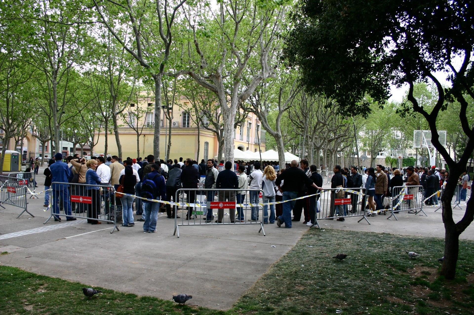 Comienza la regularizaci n de papeles en el parque de la for Oficina padron barcelona