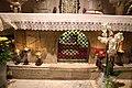 Bari, san nicola, interno, cripta, altare contenente le ossa di san nicola.jpg