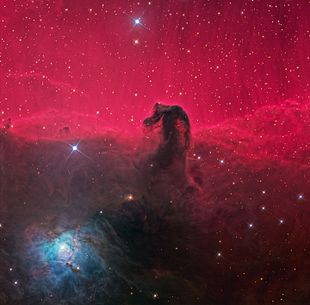 Aufnahme des Pferdekopfnebels  im sichtbaren Spektralbereich: Die namensgebende Gestalt der Dunkelwolke zeichnet sich vor dem rot leuchtenden Emissionsnebel IC 434 im Hintergrund ab.