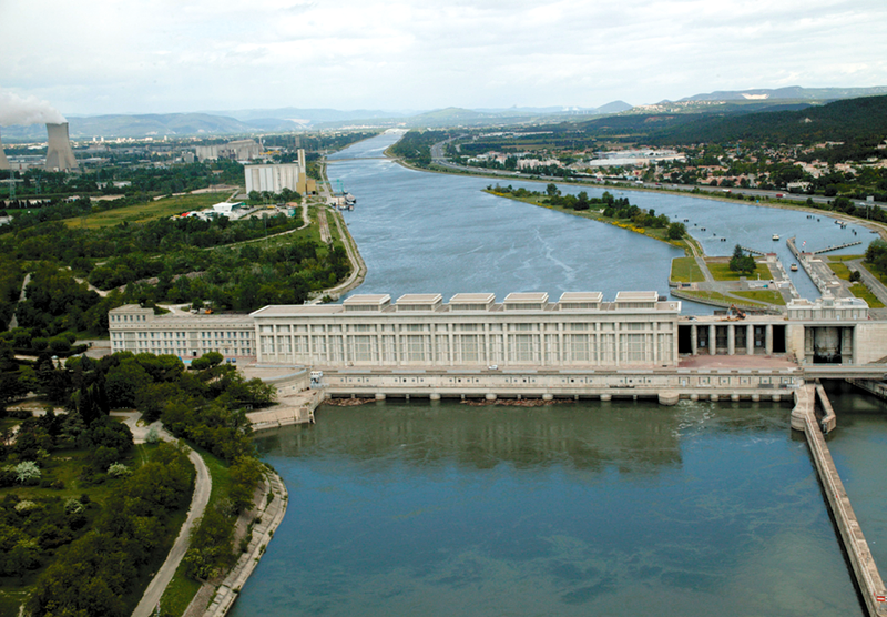 Centrales hydro-électriques - Page 2 800px-Barrage_Donzère-Mondragon_Bollène_aérien.36