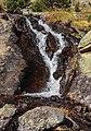 Bergtocht van parkeerplaats bij centrale Malga Mare naar Lago Lungo. Waterval langs het bergpad 01.jpg