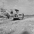 Bevloeiingswerken in de Negevwoestijn Arbeider op een graafmachine bij de aanle, Bestanddeelnr 255-4804.jpg