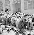 Biddende moslims bij een gebouw, vermoedelijk een moskee, Bestanddeelnr 255-3277.jpg
