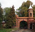 Biskupice, brama wjazdowa do parku pałacowego.jpg