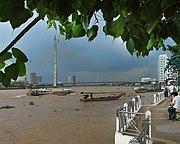 Chao Phraya Expressboot (links) und Ruea Hang Yao (mitte) vor der Rama-VIII-Brücke