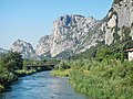 Blick über den Fluss Sarca zum Castello di Arco - panoramio.jpg