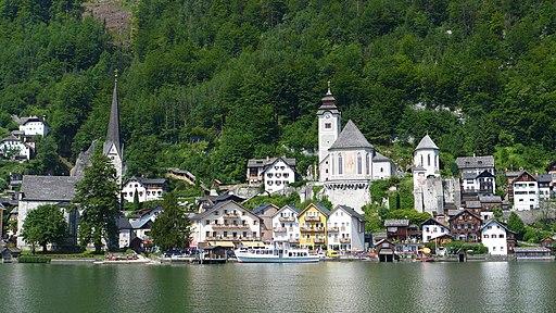 Blick auf Hallstatt, Pfarrkirche Mariä Himmelfahrt in der Mitte am Berg P1000136