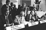 Bundesarchiv Bild 183-P0805-314, Helsinki, KSZE-Konferenz, Schlussakte.jpg