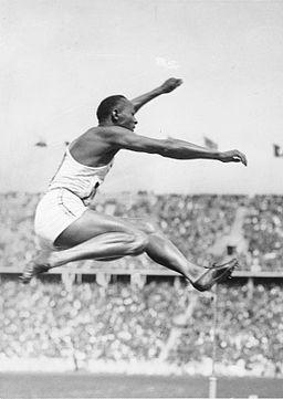 Bundesarchiv Bild 183-R96374, Berlin, Olympiade, Jesse Owens beim Weitsprung
