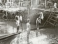 COLLECTIE TROPENMUSEUM De broers Henk en Hans Japing nemen een duik in een beek Semandai TMnr 60051058.jpg