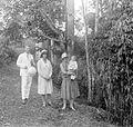 COLLECTIE TROPENMUSEUM De vrouw van Dr. R.A.M. Bergman met kind en het echtpaar Colenbrander TMnr 10027178.jpg