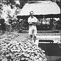 COLLECTIE TROPENMUSEUM Portret van Paul Spies in de tuin van Rudolf Bonnet TMnr 60033742.jpg