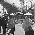 COLLECTIE TROPENMUSEUM Vrouwelijke gasten maken een rondgang door het dorp tijdens een dodenfeest van de Toraja in Sadang TMnr 10028486.jpg