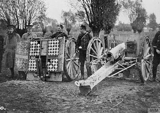 Battle of Armentières - Image: Cameronians officers with French 75 at Bas Maesnil Oct 1914 IWM Q 51514