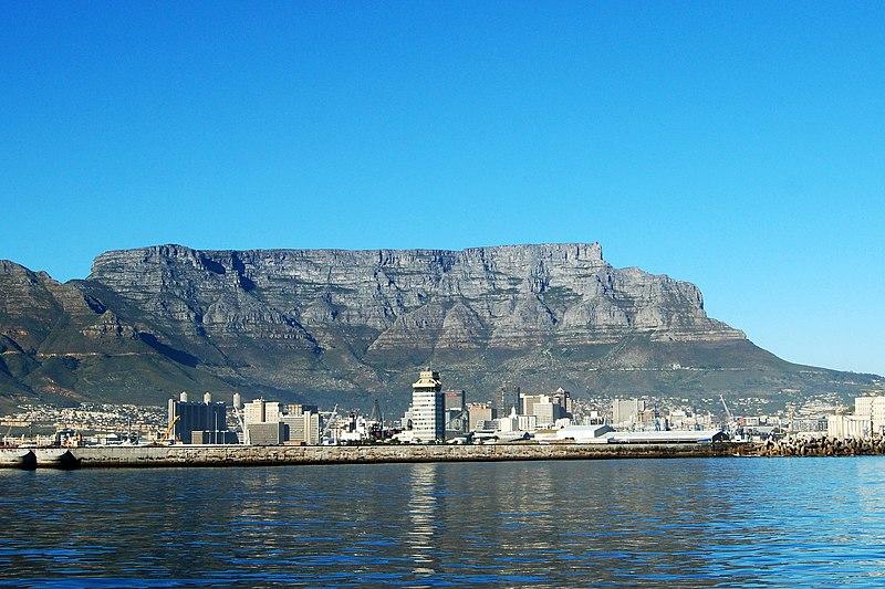 Из кейптаунской гавани гора видится грандиозным сине-зеленым монолитом