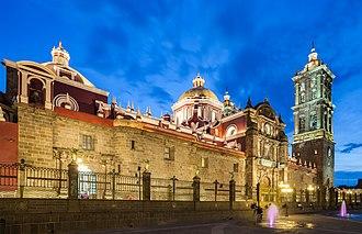 Puebla Cathedral - Image: Catedral de Puebla, México, 2013 10 11, DD 11