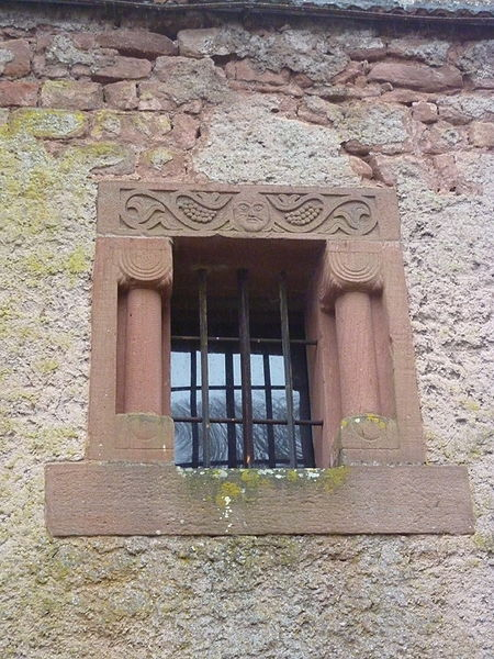 """Une des fenêtres du bâtiment dit """"chapelle"""" du château de Lutzelbourg, Lutzelbourg, Moselle, France"""