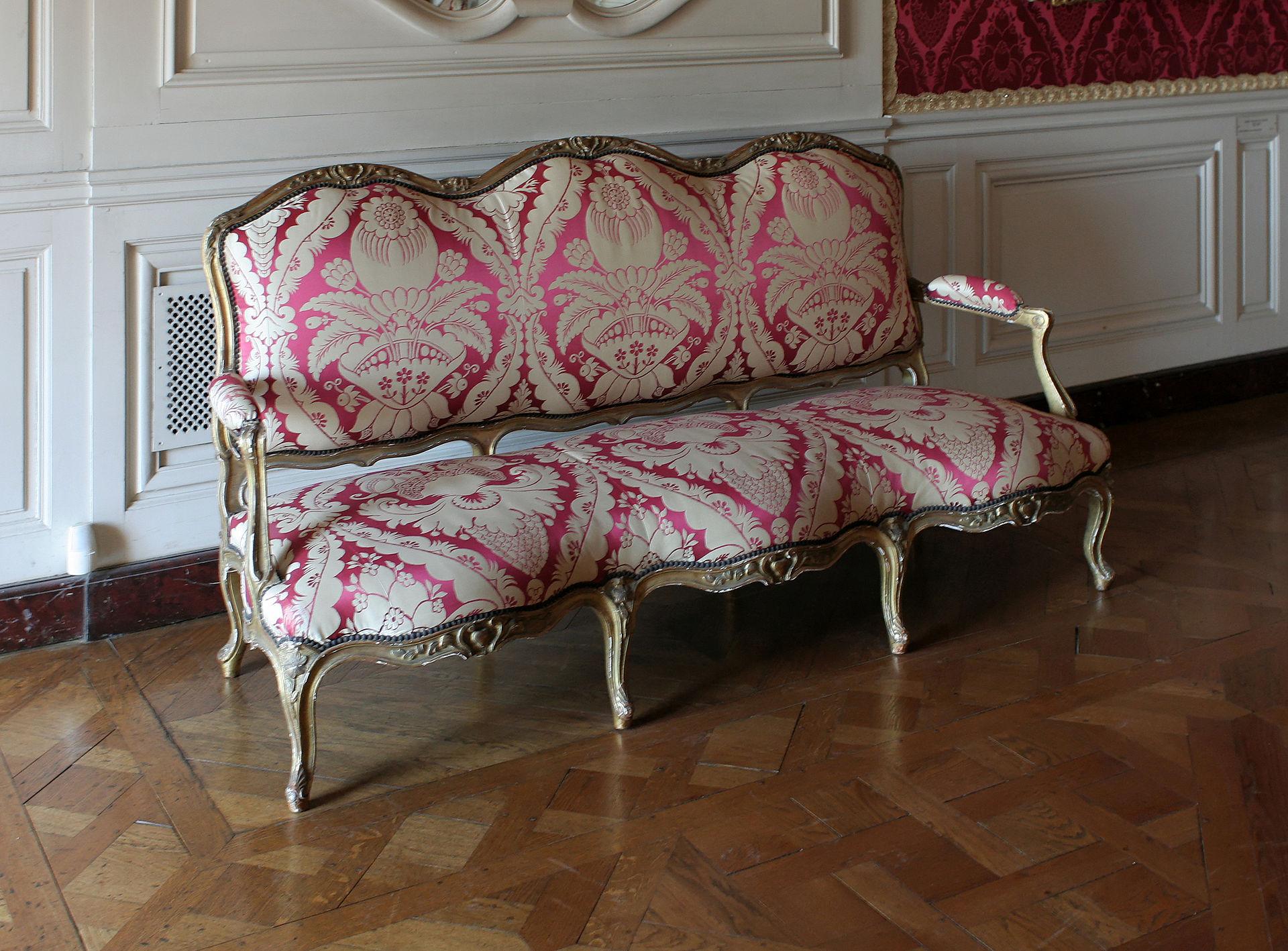 Château de Versailles, appartements de la Dauphine, grand cabinet, canapé.jpg