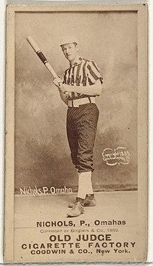 Stojący mężczyzna w mundurze baseballowym z kijem