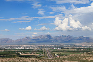 Pogled na Las Cruces, NM i nacionalni spomenik Organ Mountains-Desert Peaks.