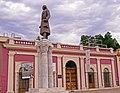 Colegio de Sonora vista con estatua de Miguel Hidalgo.jpg