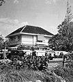 Collectie NMvWereldculturen, TM-20002143, Negatief, 'Woonhuis aan de Jalan Sultan Agung', fotograaf Boy Lawson, 1971.jpg