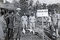 Collectie NMvWereldculturen, TM-60042265, Foto- Kapt. Roejit van de T.N.I. (links) en Kapt. Vosveld van het K.N.I.L. bekijken de Status Quo lijn, Klero bij Salatiga., 1945-1950.jpg