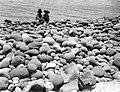 Collectie Nationaal Museum van Wereldculturen TM-10021404 Twee kinderen op een stenen strand Saba -Nederlandse Antillen fotograaf niet bekend.jpg