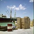 Collectie Nationaal Museum van Wereldculturen TM-20029498 Stukgoederen op de kade in een haven Aruba Boy Lawson (Fotograaf).jpg
