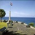 Collectie Nationaal Museum van Wereldculturen TM-20030089 Binnenplaats van Fort Oranje met het Amerikaanse monument Oranjestad -Sint Eustatius Boy Lawson (Fotograaf).jpg