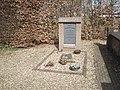 Compositiefoto exodusmonument 'Wij gedenken de vlucht' op de oude begraafplaats te Huissen.jpg